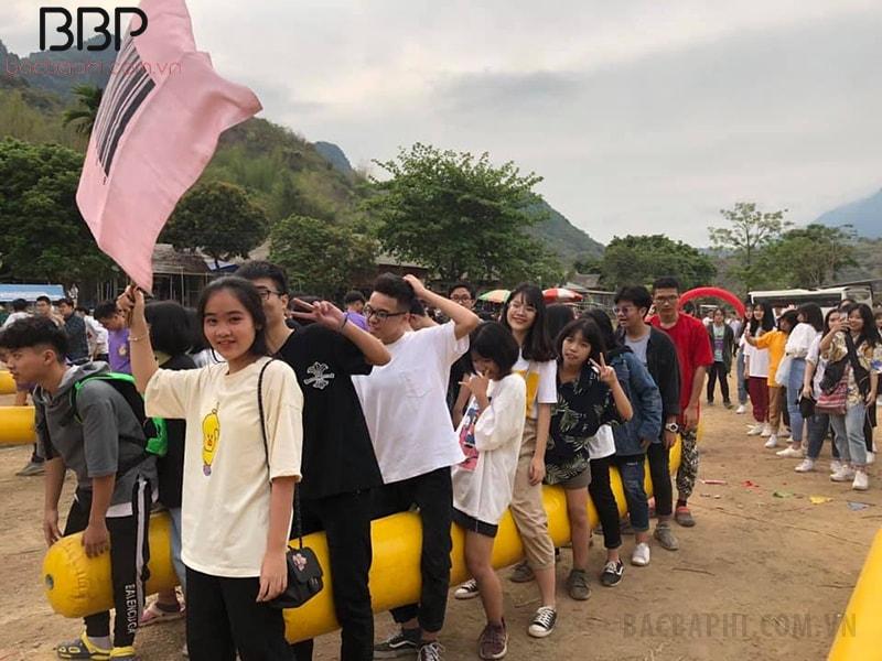 Hoạt động ngoại khóa tại Mai Châu của học sinh trường THPT Trần Nhân Tông