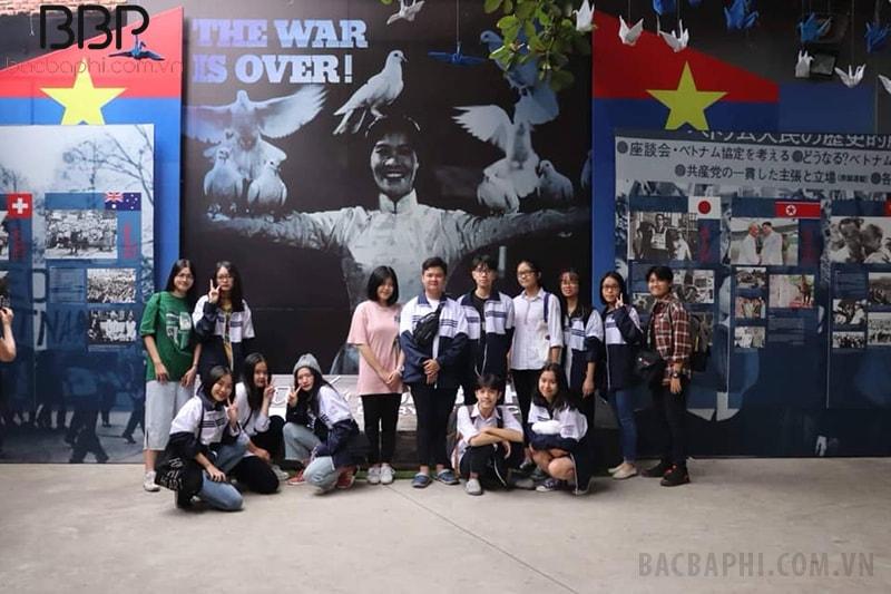 Học sinh nhà trường tham quan tại khu di tích lịch sử Hỏa Lò