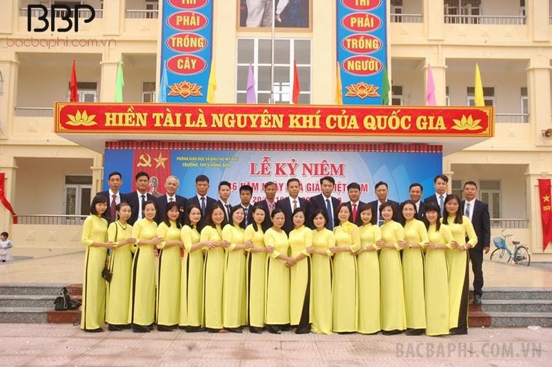 Đội ngũ giáo viên nhà trường chụp ảnh kỷ niệm nhân ngày nhà giáo Việt Nam 20/11