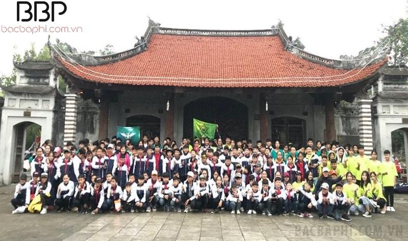 Tập thể học sinh trong nhà trường thăm Đền thờ Hai Bà Trưng