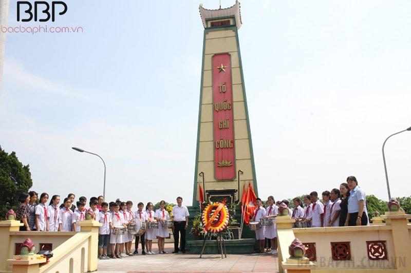 Các em học sinh đến tri ân tại nghĩa trang liệt sĩ địa phương