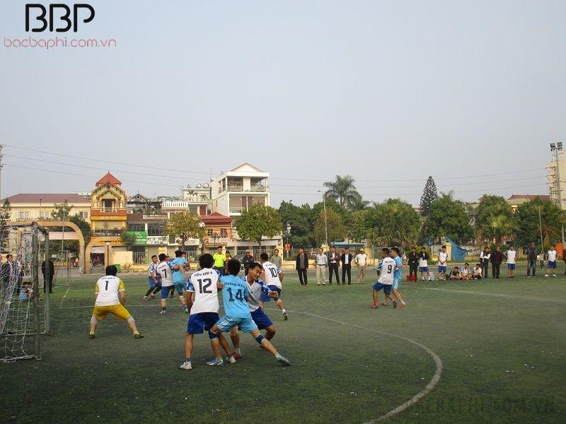 Học sinh trong trường tham gia giải bóng đá nam của huyện Ba Vì