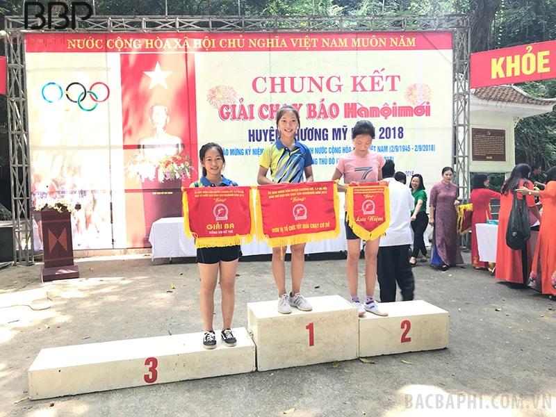 Các em học sinh nhà trường tham gia giải chạy báo Hà Nội mới