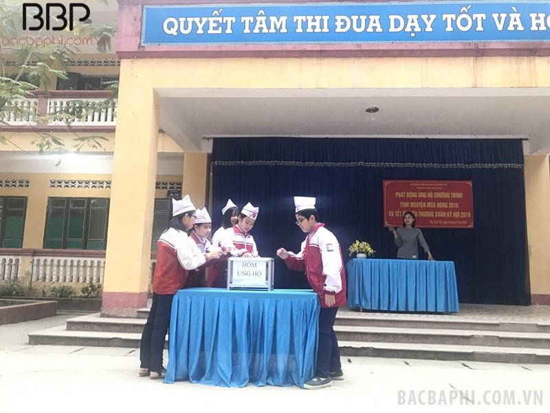 Các em học sinh nhà trường thực hiện ủng hộ cho những đồng bào đang gặp khó khăn