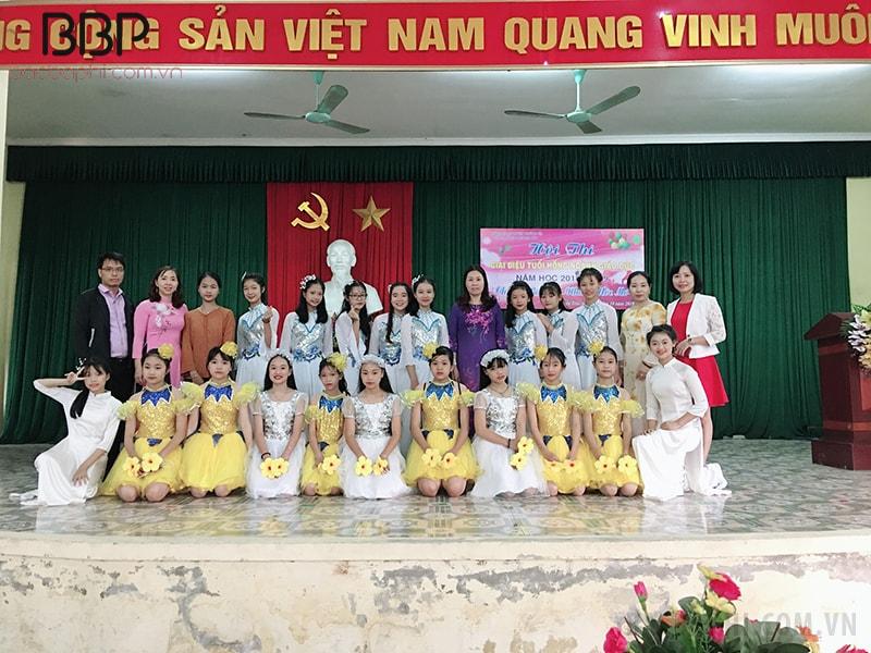 Cô trò trường THCS thị trấn Thường Tín chụp ảnh lưu niệm khi tham gia cuộc thi Giai điệu tuổi hồng