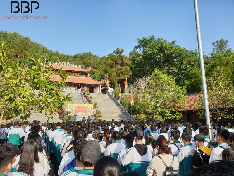 Các em học sinh đi tham quan tại đền thờ thầy Chu Văn An