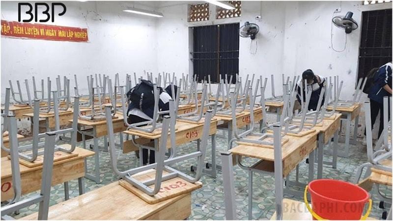 Lớp học của trường tương đối cũ và không được tu sửa