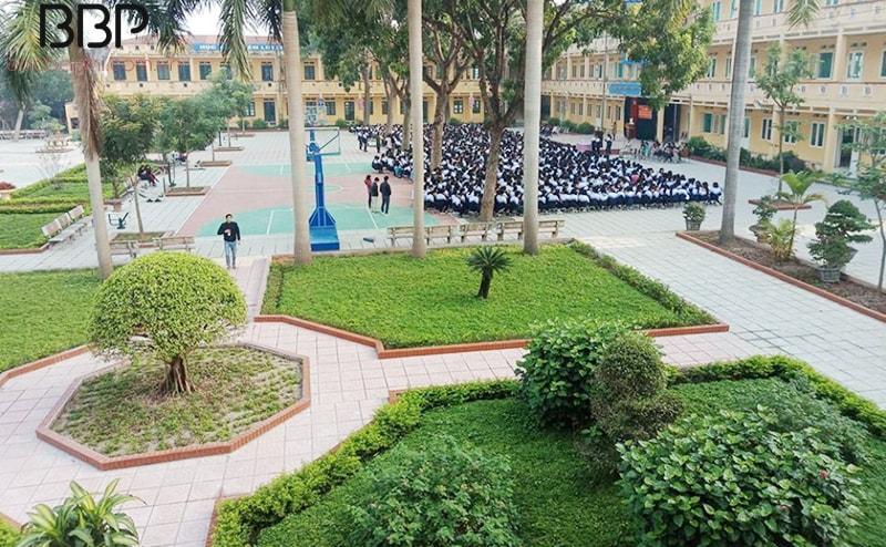 Sân trường THPT Hồng Thái
