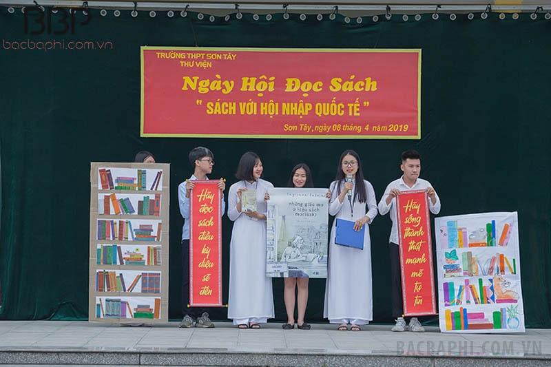 """Ngày hội đọc sách """"Sách với hội nhập quốc tế"""" của học sinh trường THPT Sơn Tây"""