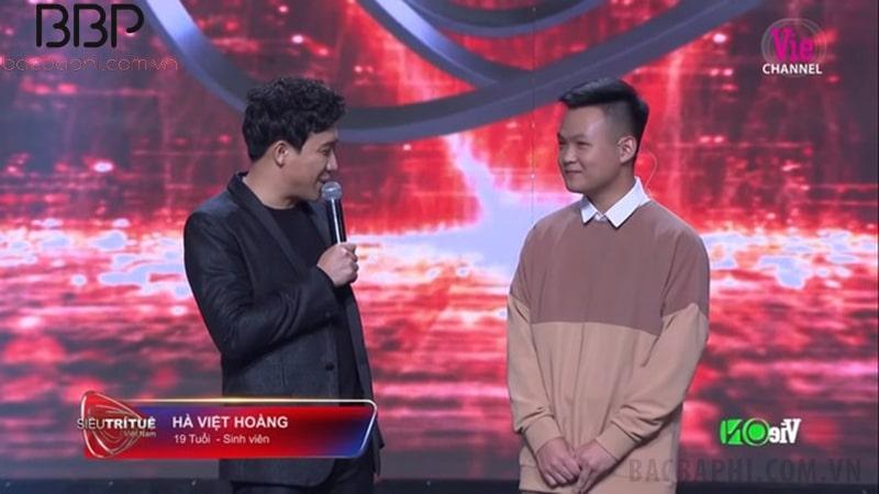 Hà Việt Hoàng (bên phải) trong cuộc thi Siêu trí tuệ Việt Nam
