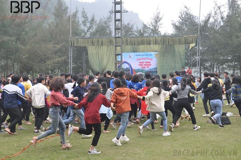 Các em học sinh trường THPT Ứng Hòa A tham quan, trải nghiệm tại Hoa Lư - Ninh Bình