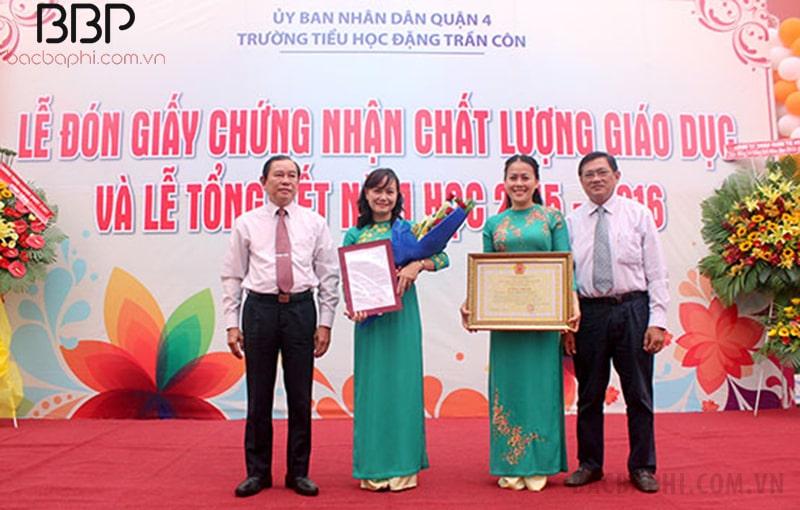 Ban giám hiệu nhà trường nhận giấy chứng nhận Chất lượng giáo dục