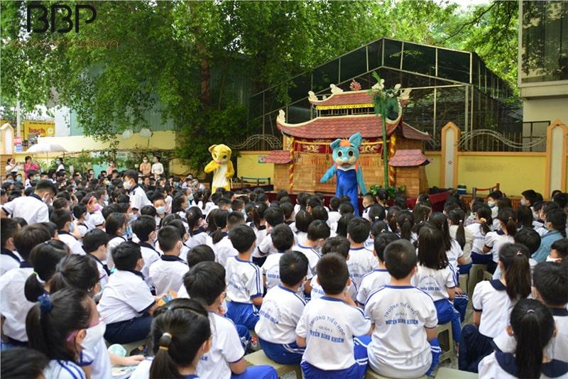 Học sinh trường tiểu học Nguyễn Bỉnh Khiêm xem múa rối nước