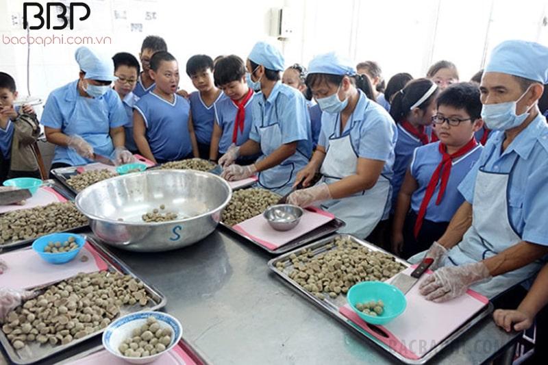 Học sinh nhà trường tham quan khu bếp ăn