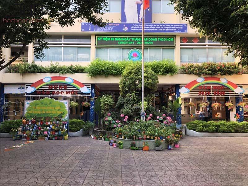 Không gian sân trường được trang trí nhiều cây xanh, thân thiện với môi trường