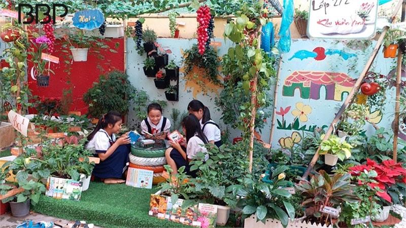 Khuôn viên sân trường nhiều cây xanh của trường tiểu học Nguyễn Trực