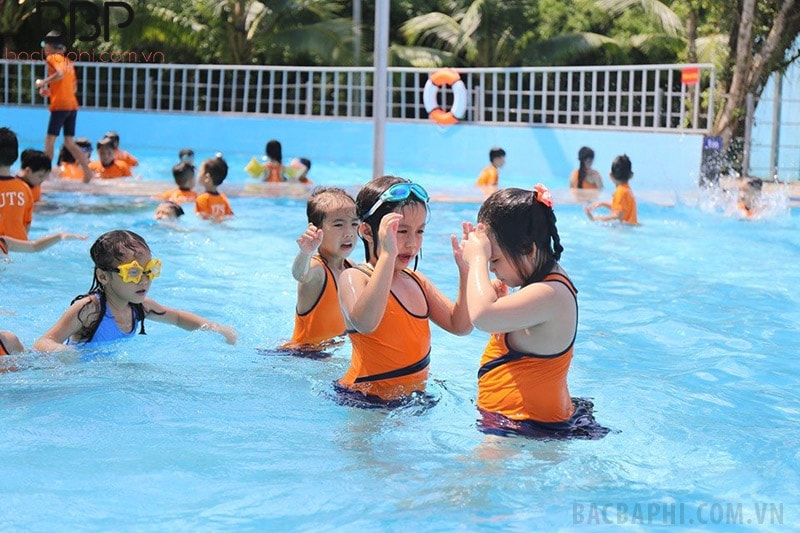 Trường còn có bể bơi rộng rãi