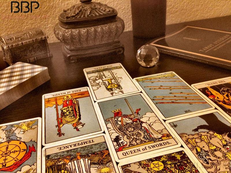 Xem bài Tarot giữa người xem và người giải bài