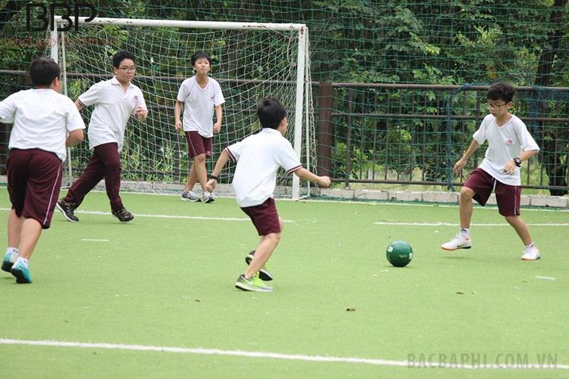 Có sân bóng ngoài trời cho học sinh