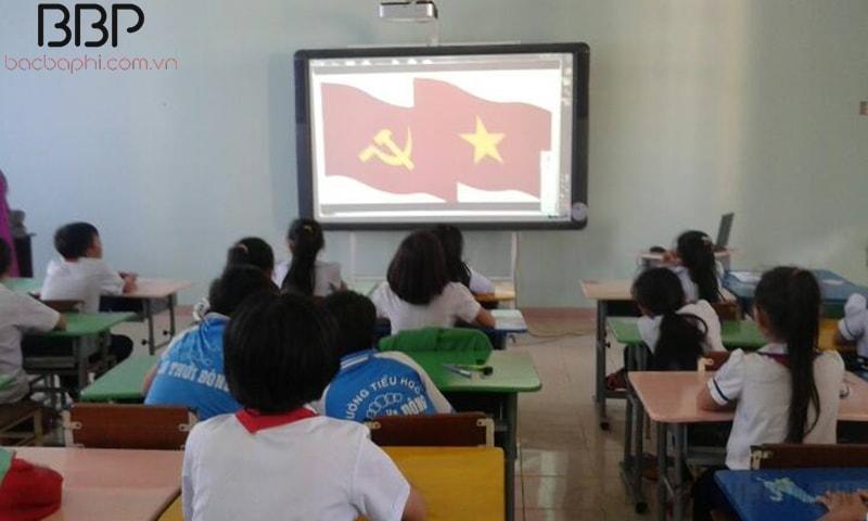 Lớp học được trang bị máy chiếu giúp việc học thêm thú vị hơn