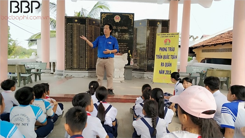 Thầy và trò thăm viếng và quét dọn Đình Bình Khánh
