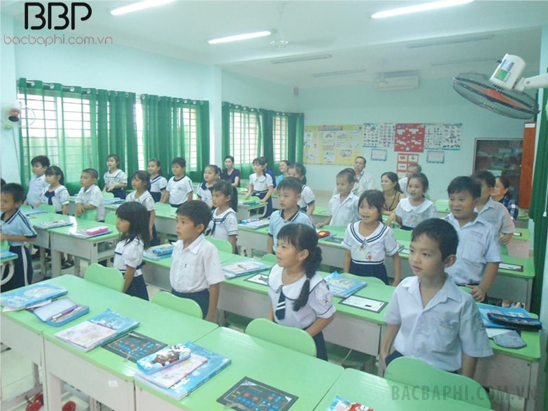 Lớp học rộng rãi, không quá 40 học sinh, có đầy đủ bàn học cho các em