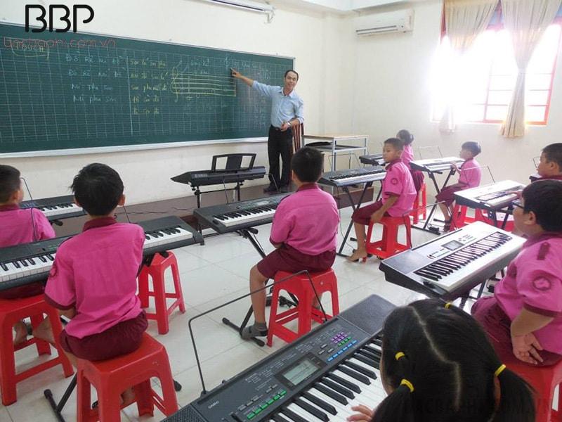 Trường có đầy đủ thiết bị hỗ trợ dạy học