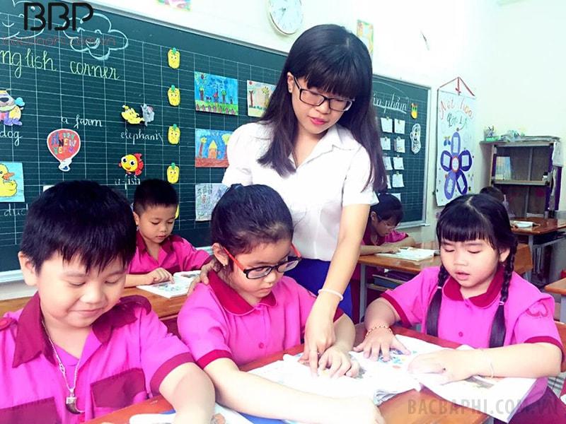 Giáo viên tận tình chỉ dạy học sinh