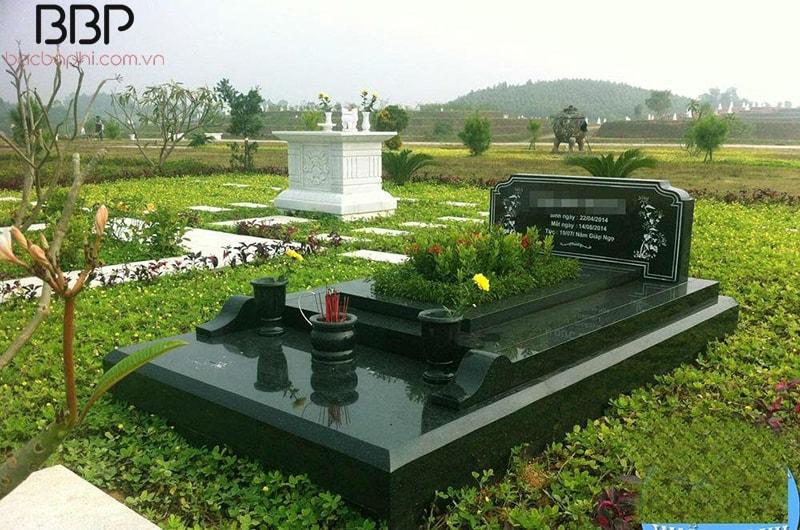 Người ta thường trồng hoa xung quanh mộ để trang trí